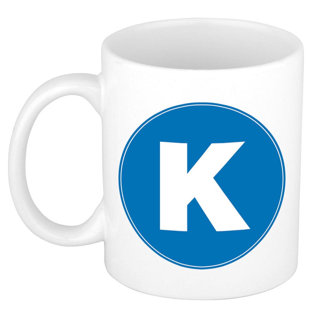 Mok / beker met de letter K blauwe bedrukking voor het maken van een naam / woord of team -