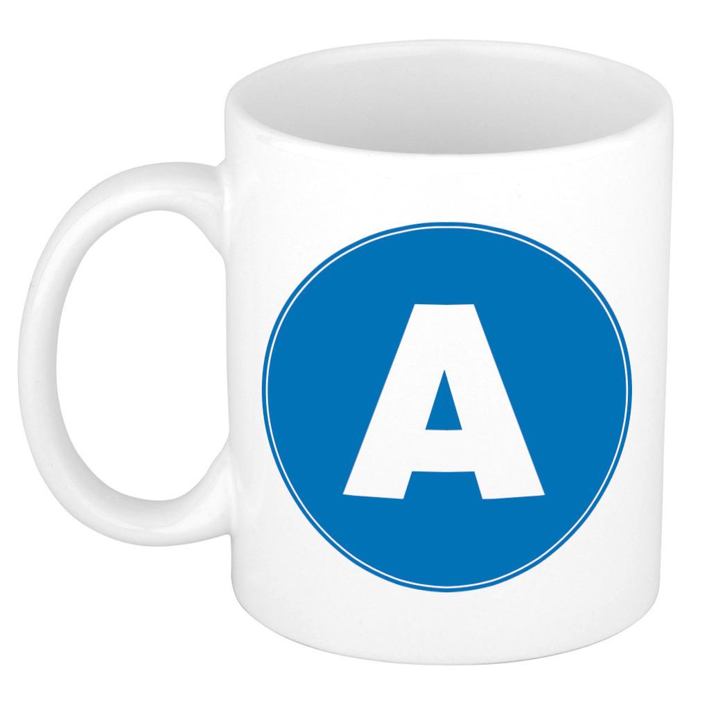 Mok / beker met de letter A blauwe bedrukking voor het maken van een naam / woord of team -