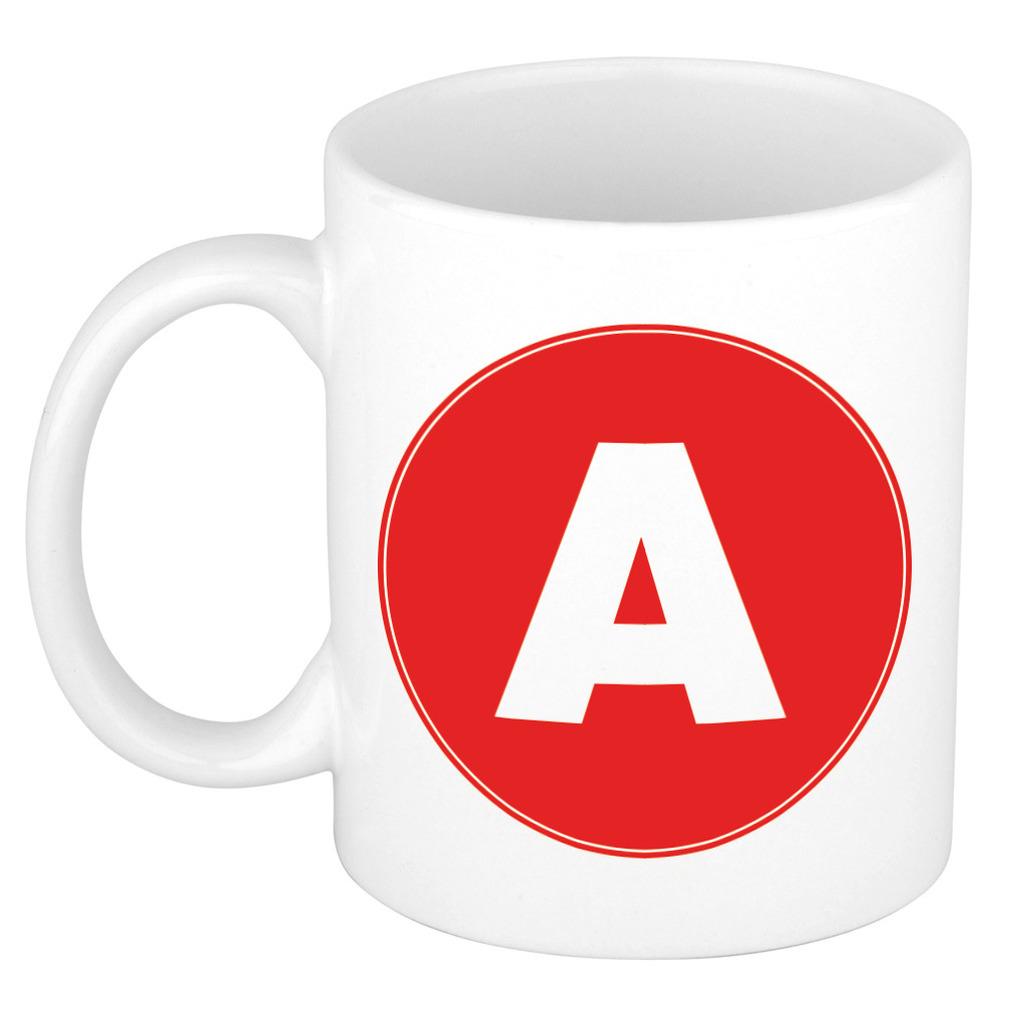 Mok / beker met de letter A rode bedrukking voor het maken van een naam / woord of team -