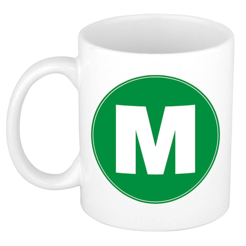 Mok / beker met de letter M groene bedrukking voor het maken van een naam / woord of team -